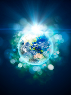 放射光と色鮮やかな光芒群をまとう地球のイラスト素材 [FYI03820769]