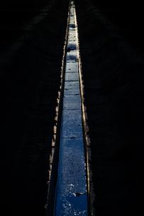 用水路と夕暮れの写真素材 [FYI03820956]