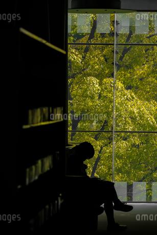 図書館と男性の写真素材 [FYI03820964]