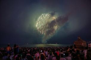 雲に包まれた鎌倉花火大会(2018年)の写真素材 [FYI03821027]