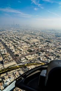ヘリコプターから見えるドバイの都市風景の写真素材 [FYI03821078]