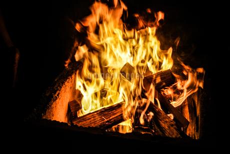 真っ赤に燃える炎のイメージの写真素材 [FYI03821125]