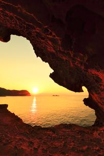 世界遺産熊野古道 鬼ヶ城より熊野灘に朝日の写真素材 [FYI03821175]
