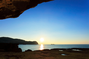 世界遺産熊野古道 鬼ヶ城より熊野灘に朝日の写真素材 [FYI03821176]
