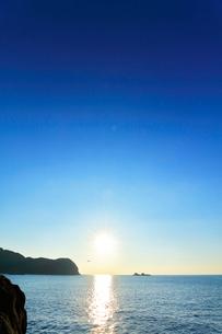 世界遺産熊野古道 鬼ヶ城より熊野灘に魔見ヶ島と朝日の写真素材 [FYI03821178]