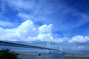 晴れ渡る明石海峡大橋の写真素材 [FYI03821193]