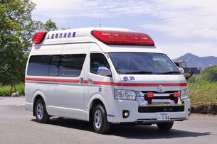 出動する救急車の写真素材 [FYI03821258]