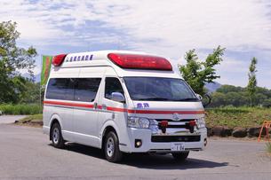 出動する救急車の写真素材 [FYI03821259]