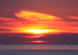 雲染まる落日の時の写真素材 [FYI03821276]