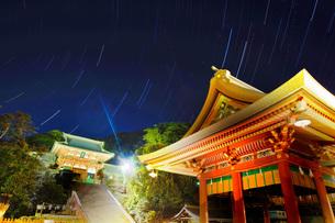 鶴岡八幡宮と星の軌跡の写真素材 [FYI03821291]