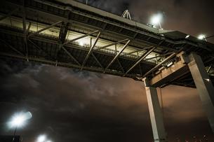 夜の横浜ベイブリッジ(大黒ふ頭から撮影)の写真素材 [FYI03821346]