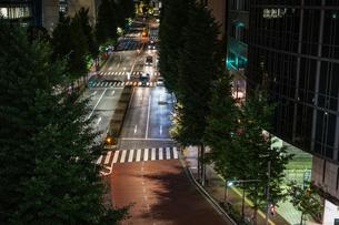 夜の東京の道路の写真素材 [FYI03821355]