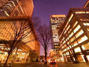 東京都 丸ビルと丸の内仲通りの写真素材 [FYI03821696]