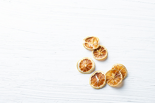 Dried orange chips on white background. Organic concept.の写真素材 [FYI03821917]
