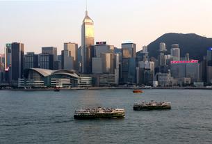 香港のビクトリア湾を横断するスターフェリー。英国植民地時代から運行されている。の写真素材 [FYI03821988]