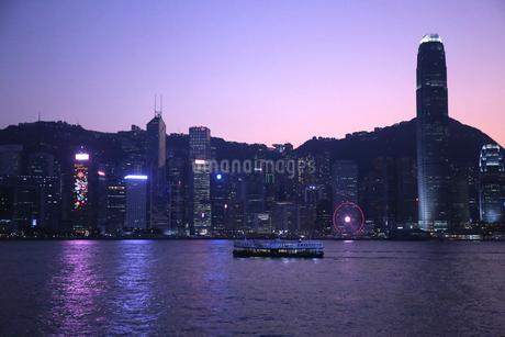 薄暮の香港のビクトリア湾を横断するスターフェリー。英国植民地時代から運行されている。の写真素材 [FYI03821989]