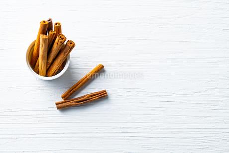Cinnamon sticks on white text spaceの写真素材 [FYI03822077]