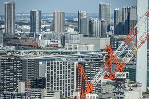 東京の街並みと建築中のビルの写真素材 [FYI03822116]