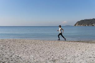 海辺 ランニング ジョギング 女性 08の写真素材 [FYI03822131]