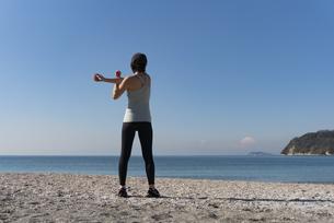 海辺 ストレッチ ヨガ 女性 07の写真素材 [FYI03822133]