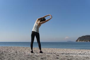 海辺 ストレッチ ヨガ 女性 06の写真素材 [FYI03822134]