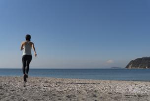 海辺 ランニング ジョギング 女性 10の写真素材 [FYI03822138]
