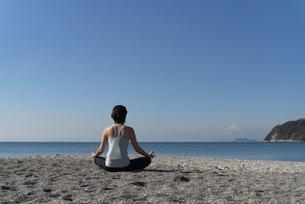 海辺 ストレッチ ヨガ 女性 02の写真素材 [FYI03822141]