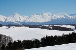 冬の山並みと雪原の写真素材 [FYI03822142]