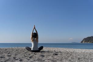 海辺 ストレッチ ヨガ 女性 01の写真素材 [FYI03822143]
