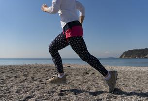 海辺 ランニング ジョギング 女性 07の写真素材 [FYI03822144]