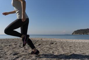 海辺 ランニング ジョギング 女性 06の写真素材 [FYI03822145]