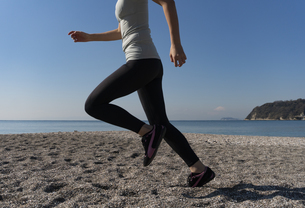 海辺 ランニング ジョギング 女性 05の写真素材 [FYI03822146]