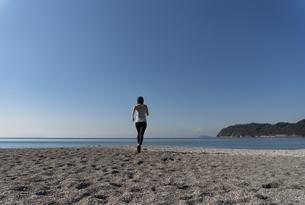 海辺 ランニング ジョギング 女性 09の写真素材 [FYI03822147]