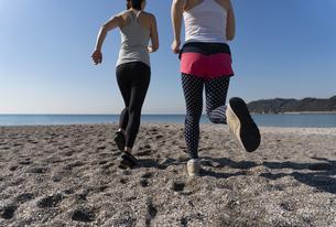 海辺 ランニング ジョギング 女性2人の写真素材 [FYI03822148]