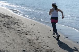 海辺 ランニング ジョギング 女性 04の写真素材 [FYI03822149]