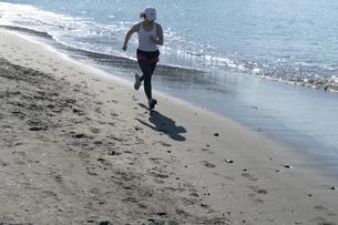 海辺 ランニング ジョギング 女性 03の写真素材 [FYI03822150]