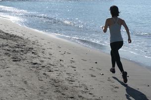 海辺 ランニング ジョギング 女性 02の写真素材 [FYI03822151]