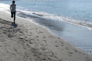 海辺 ランニング ジョギング 女性 01の写真素材 [FYI03822152]