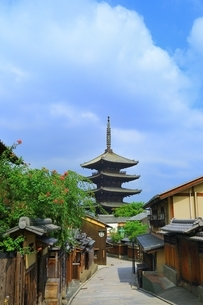 八坂通りから望む八坂の塔の写真素材 [FYI03822298]
