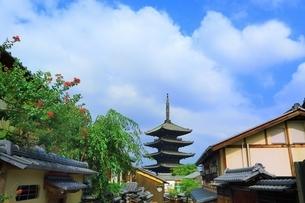 八坂通りから望む八坂の塔の写真素材 [FYI03822299]