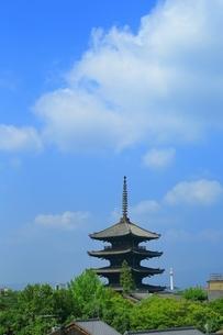 八坂の塔と京都タワーの写真素材 [FYI03822302]