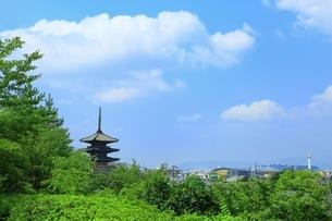 八坂の塔と京都市街の写真素材 [FYI03822305]