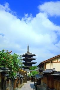 八坂通りから望む八坂の塔の写真素材 [FYI03822312]