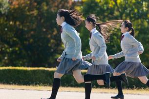 走る高校生の写真素材 [FYI03822411]