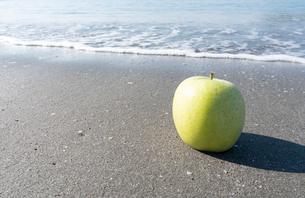 波打ち際の青りんごの写真素材 [FYI03822720]