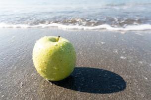 波打ち際の青りんごの写真素材 [FYI03822724]