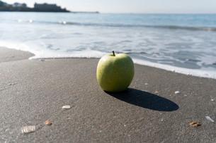 波打ち際の青りんごの写真素材 [FYI03822729]
