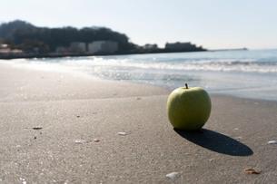 波打ち際の青りんごの写真素材 [FYI03822730]