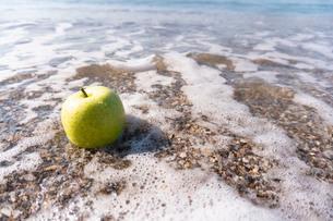 波打ち際の青りんごの写真素材 [FYI03822732]