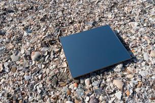 砂浜に鏡の写真素材 [FYI03822738]